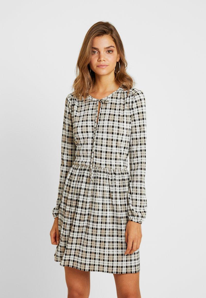 Miss Selfridge - CHECK SMOCK DRESS - Hverdagskjoler - black/white