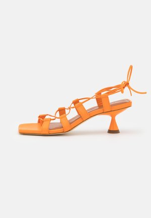 MALIA - tåsandaler - orange