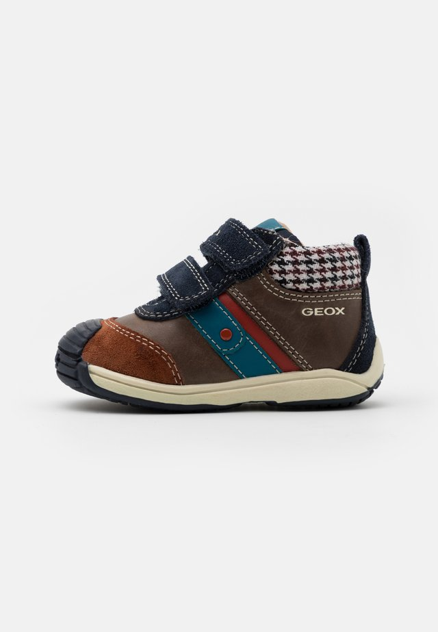TOLEDO BOY - Sneakers alte - coffee/navy