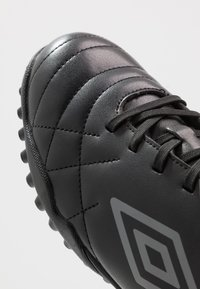 Umbro - MEDUSÆ III LEAGUE TF - Scarpe da calcetto con tacchetti - black/carbon - 5