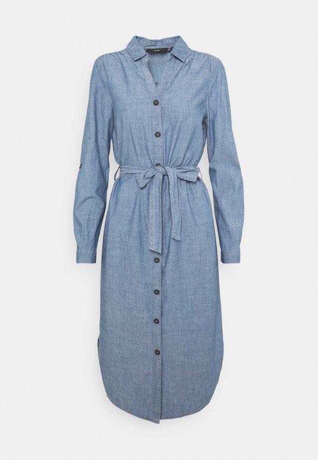 VMAKELA CHAMBRAY LONG SHIRT DRES - Denimové šaty - medium blue denim