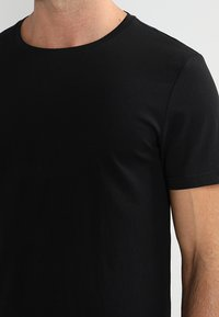 Pier One - 2 PACK - T-shirt basique - black - 4