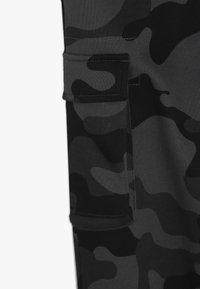 Champion - AMERICAN CLASSICS MAXI LOGO CUFF CARGO PANT - Verryttelyhousut - dark grey/black - 2