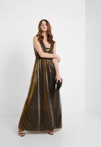 Allen Schwartz - ZOZA DEEP V MAXI DRESS IN CRINKLE METALLIC  - Occasion wear - bronze - 1