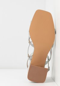 ONLY SHOES - ONLAMANDA STRING HEELED  - Sandály - silver - 5