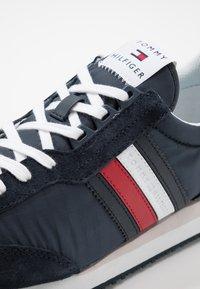 Tommy Hilfiger - MIX RUNNER STRIPES - Sneakersy niskie - blue - 5