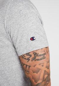 Champion - CREWNECK - Print T-shirt - grey - 5