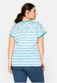 Sheego - Print T-shirt - weiß bedruckt - 2
