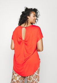 CAPSULE by Simply Be - TWIST BACK DETAIL - T-shirts - bright red - 2