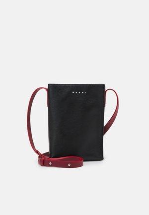 MUSEO SOFT SHOULDER UNISEX - Across body bag - black/black/burgundy