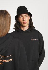Mennace - ESSENTIAL REGULAR HOODIE UNISEX - Sweatshirt - black - 3