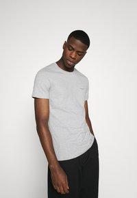 Calvin Klein Jeans - 3 PACK  - T-shirt basic - black/grey/beet red - 2