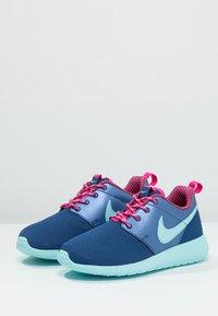 Nike Sportswear - ROSHE ONE - Baskets basses - insignia blue/copa/vivid pink - 2
