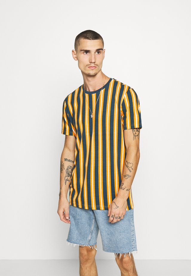 DIAGONAL - T-shirt imprimé - mustard/white/teal