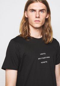 Progetto Quid - UNISEX MENTA - Print T-shirt - black - 5