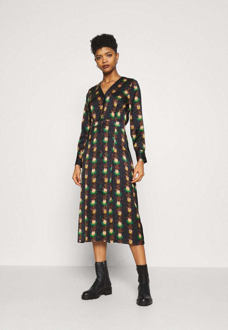 Scotch & Soda - PRINTED V-NECK MIDI LENGTH DRESS WITH PLEATS - Košilové šaty - combo