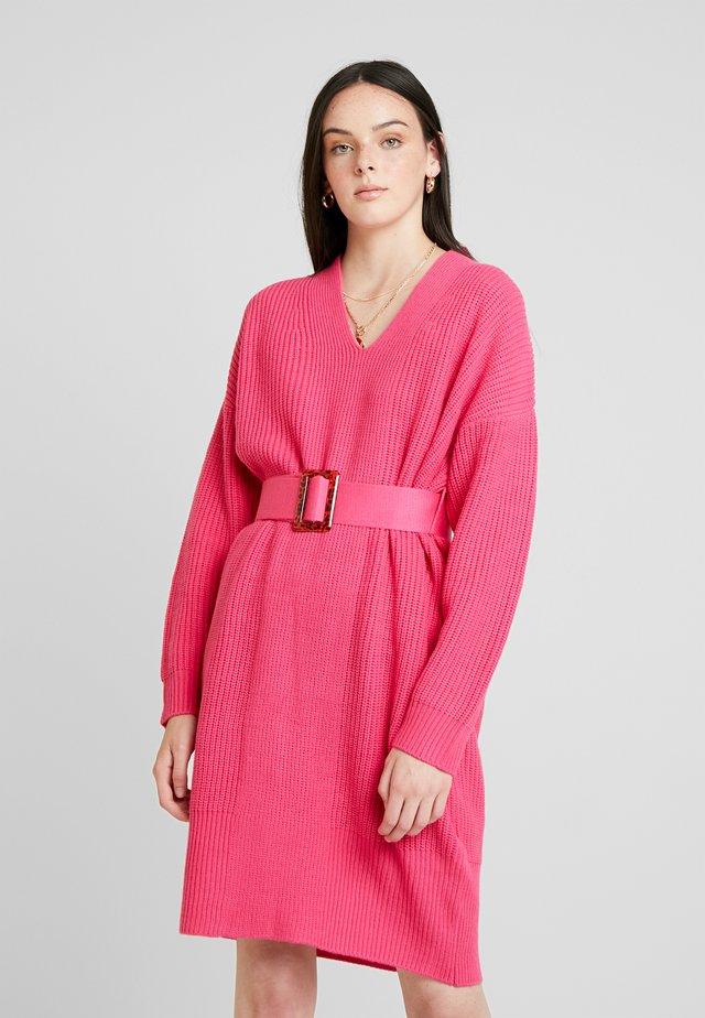 BELTED V NECK DRESS - Strikkjoler - pink