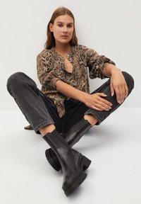 Mango - BEDRUCKTES SCHLANGENMUSTER - Button-down blouse - braun - 2