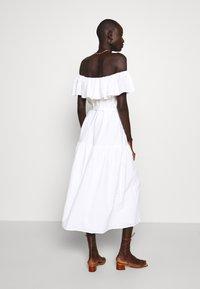 Missguided Tall - BARDOT TIERED SMOCK MIDI DRESS - Denní šaty - white - 2
