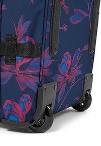 Eastpak - TRANVERZ M GLOWING GARDEN  - Wheeled suitcase - glow pink - 2
