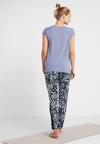 Curare Yogawear - PANTS GALON STRIPE - Tracksuit bottoms - grafik blue/midnight blue - 2