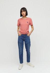 ARMEDANGELS - T-SHIRT AUS BIO-BAUMWOLLE LIDAA BEST FRIENDS - Print T-shirt - cinnamon rose - 1