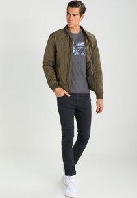 Pepe Jeans - ROBINIA SLIM FIT - T-shirt z nadrukiem - 984 - 1