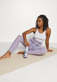 Onzie - SELENITE LEGGING - Legging - lavender gray - 1