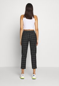 ONLY - ONLSARAH CHECK PANT - Kalhoty - black/creme - 2