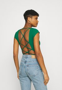 Glamorous - TIE BACK DETAIL - T-shirt con stampa - forest green - 2