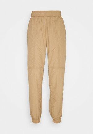 ENGATWICK PANTS - Teplákové kalhoty - tigers eye