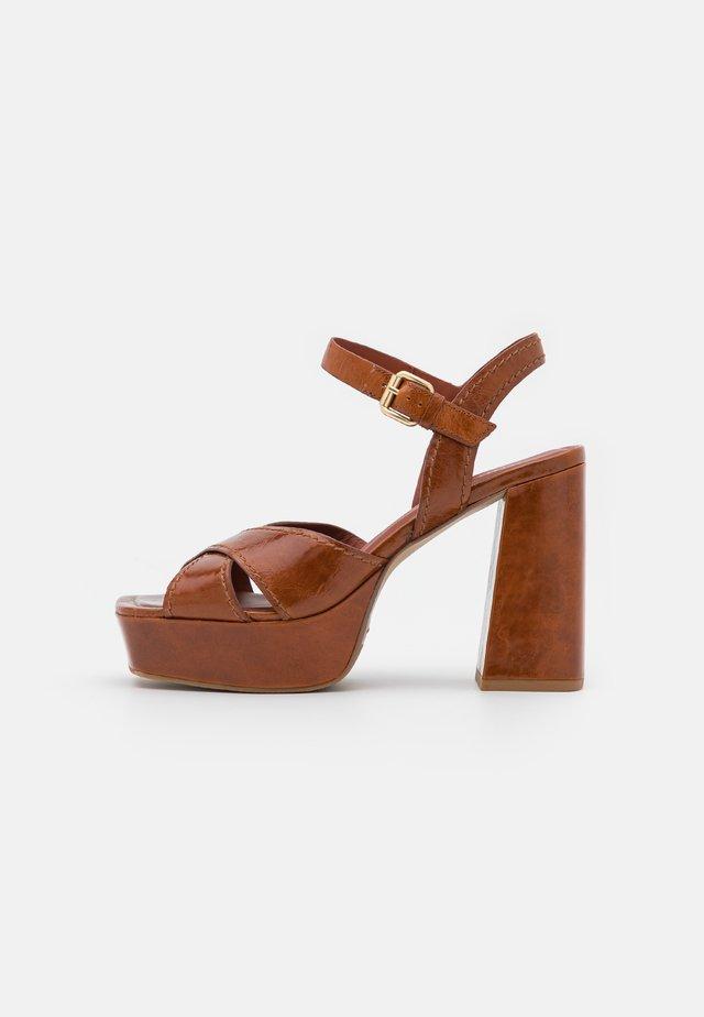 Sandały na platformie - caramel