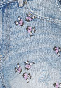 Pieces - PCTULLA EMBROIDERY - Shorts vaqueros - light blue denim - 2