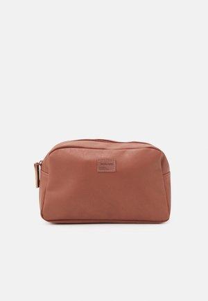 JACCARLO TOILET BAG - Kosmetická taška - cognac