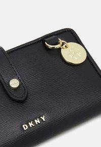 DKNY - DEMI  - Peněženka - black/gold - 2