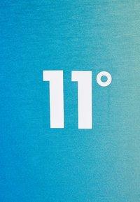 11 DEGREES - SUN BURST MUSCLE FIT - Triko spotiskem - blue radiance/avocado green - 2