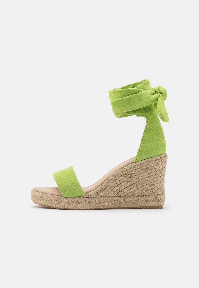SELENE WEDGE - Sandalen met plateauzool - pistache
