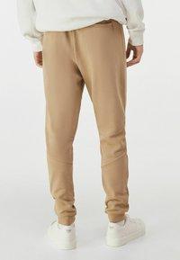 Bershka - Pantalon de survêtement - brown - 2