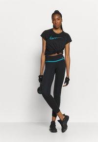 Nike Performance - ICON CLASH RUN  - T-shirt med print - black/silver - 1
