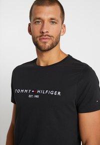 Tommy Hilfiger - LOGO TEE - T-shirt med print - blue - 3