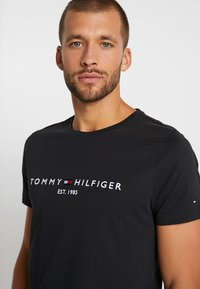 Tommy Hilfiger - LOGO TEE - T-shirts print - blue - 3