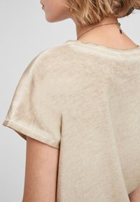 QS by s.Oliver - Basic T-shirt - beige - 5