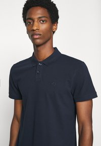 TOM TAILOR DENIM - WITH SMALL EMBROIDERY - Polo shirt - sky captain blue - 4
