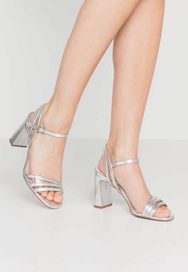 Sandali con tacco - silver
