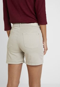 Cortefiel - BASIC - Jeansshorts - beige/camel - 5