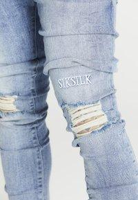 SIKSILK - RAW HEM BURST KNEE - Jeans Skinny Fit - rustic blue wash - 4