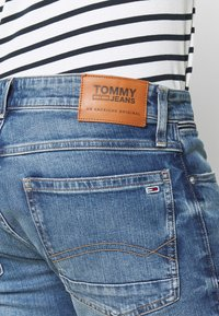 Tommy Jeans - RONNIE RELAXED  - Denim shorts - blue denim - 5