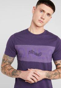 Jack & Jones - JCOPAULO TEE SLIM FIT - T-shirt med print - purple - 4