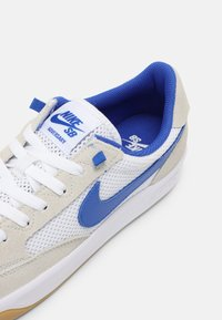 Nike SB - ADVERSARY UNISEX - Skate shoes - summit white/hyper royal/white gum/light brown - 4