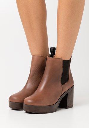 RONAN - Kotníkové boty na platformě - cognac